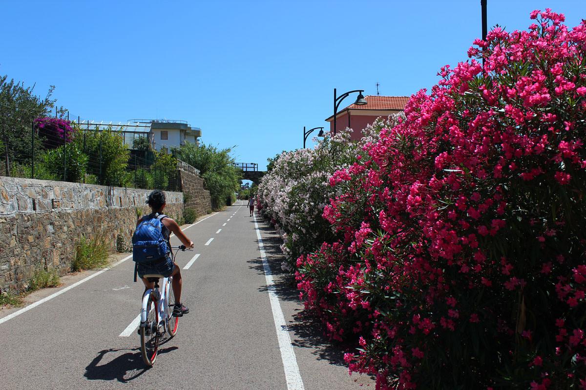 passeggiata in bici sulla pista ciclabile di Sanremo