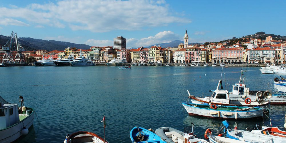 Il fascino di Calata Cuneo e della banchina del porto di Oneglia
